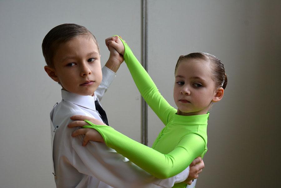 Photo of Мій син-другокласник — танцюрист і гітарист. Бальні танці для хлопчика з 3 років. Навчання грі на гітарі у музичній школі з 7 років.