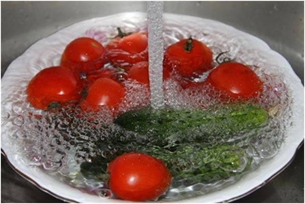 Профилактика кишечных инфекций - мытье овошей.